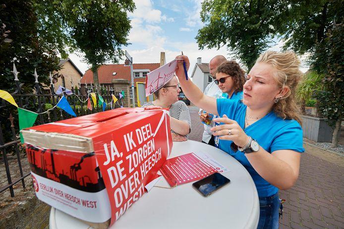 Femke Dielissen tekent in Vinkel op de slotdag van de inspraaktermijn een 'bezwaarformulier' tegen Heesch West.