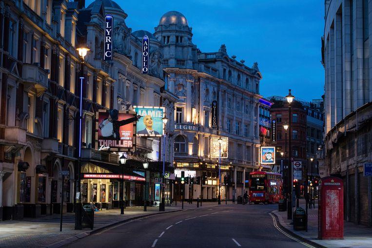 Shaftesbury Avenue in hartje Londen. De theaters zijn dicht. Beeld AP