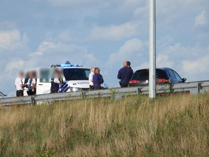 De politie bij de gevluchte Seat Ibiza.