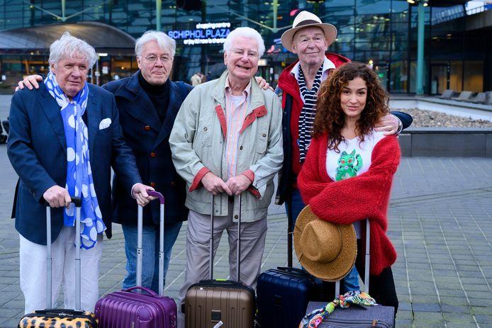 Willibrord Frequin, Barrie Stevens, Gerard Cox, Peter Faber en Katja Schuurman vlak voor vertrek op Schiphol voor het programma Beter laat dan nooit