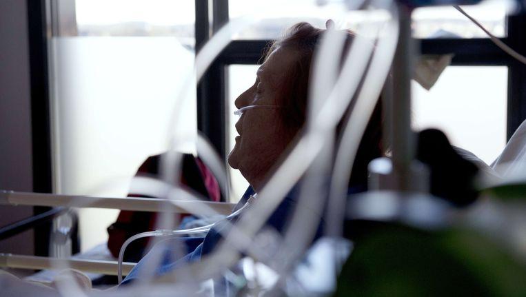 Een oudere vrouw in Frankrijk die aan kanker lijdt krijgt goede palliatieve zorg om haar pijn te bestrijden. Maar vooral in ontwikkelingslanden lijden miljoenen mensen onnodig pijn tijdens de laatste fase van hun leven, omdat er geen of veel te weinig pijnbestrijdingsmiddelen voorhanden zijn.(archieffoto) Beeld AFP