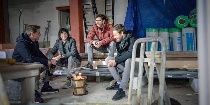 Initiatiefnemers Kees van Keeken, Robert Jan van Noort, Jos Burger en Wouter Keijzer op de bouwplaats van hun toekomstige restaurant.