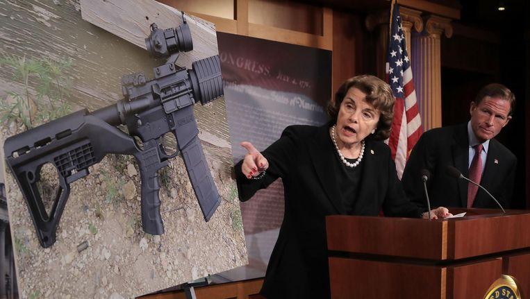 Senator Feinstein toont een wapen met een 'bump stock'. Beeld AFP