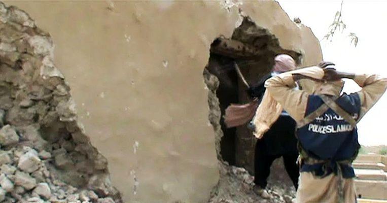 Beelden van de islamitische militanten die in 2012 monumenten in Timboektoe vernielden. Beeld afp
