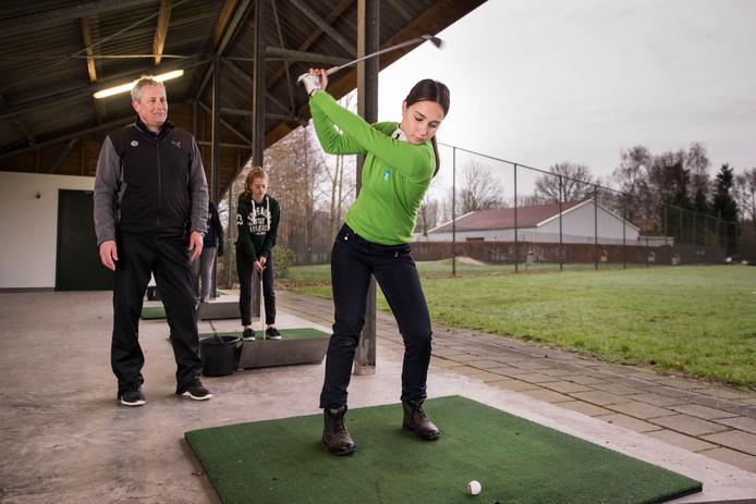 Rutger Mensen geeft instructie aan Roos Kuijper bij golfvereniging Albatross.