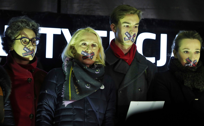 Protest in Warschau tegen de 'muilkorfwet' voor rechters.