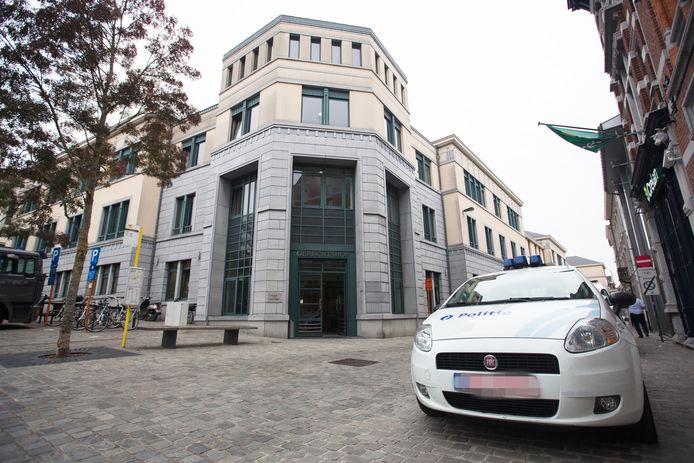 I. en haar ex C. kwamen samen met hun advocaat naar de rechtbank in Tongeren.