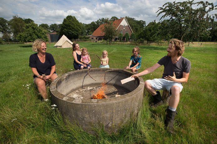 Selfa Verlaat (links) met de familie Bokhorst op landgoed Slangenburg.