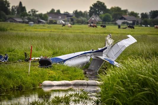 Het vliegtuigje belandde deels in de sloot