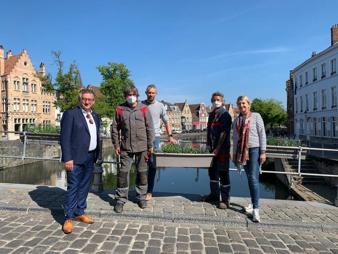 De stadsmedewerkers in het bijzijn van het stadsbestuur van Brugge.