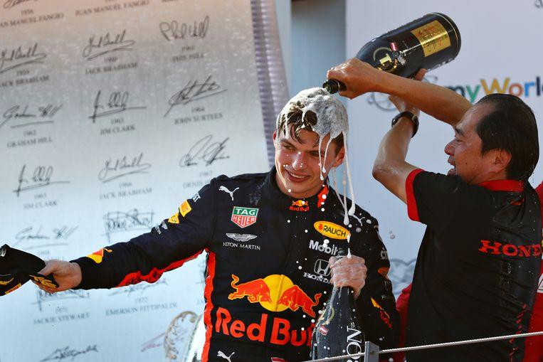 Tanabe (rechts) op het podium met Verstappen na de zege in de GP van Oostenrijk. Beeld Getty Images