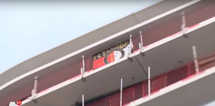 De vlag die aan het Amsterdamse gebouw is opgehangen door Rotterdamse bouwvakkers.