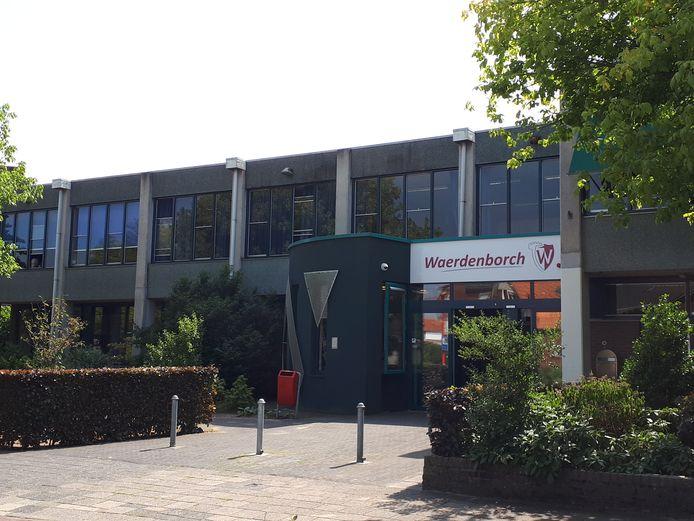 Hogere personele lasten voor de Holtense scholengemeenschap De Waerdenborch deden het begrote positieve resultaat met bijna de helft slinken.