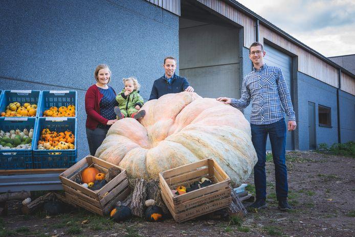 Mathias met zijn vrouw Jenny en dochtertje Nell, en zijn broer Bruno bij de winnende pompoen.
