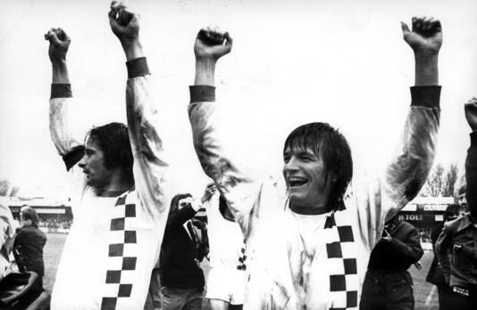 Jan Peters (rechts) viert het kampioenschap van NEC in de eerste divisie in 1975.