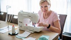 """#SAMENTEGENCORONA Eveline naait mondmaskertjes: """"Je zou mijn tafel moeten zien. Vol stof, patronen en scharen"""""""