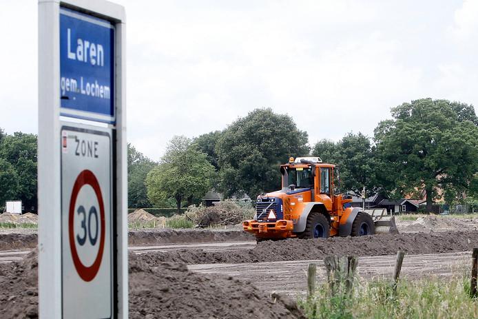 In Laren wordt nog regelmatig gebouwd. Het uitbreidingsplan Schoneveld is vrijwel klaar. Daarnaast worden er her en der plukjes nieuwe huizen gebouwd op zogenaamde inbreidingslocaties.