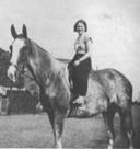 Elly Lobe poseert met een paard
