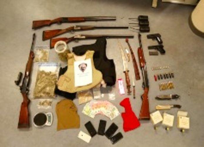 De Brusselse politie vond een heus wapenarsenaal en drugs bij huiszoekingen.