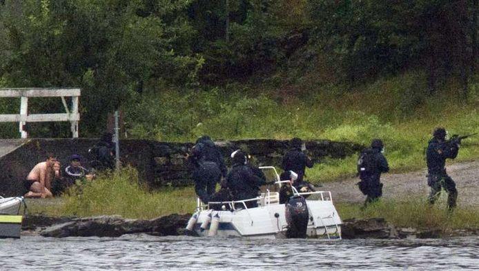 Zwaarbewapende agenten gaan aan land.
