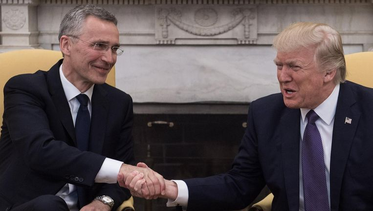 Woensdag met NAVO-chef Jens Stoltenberg in de Oval Office. Beeld AFP