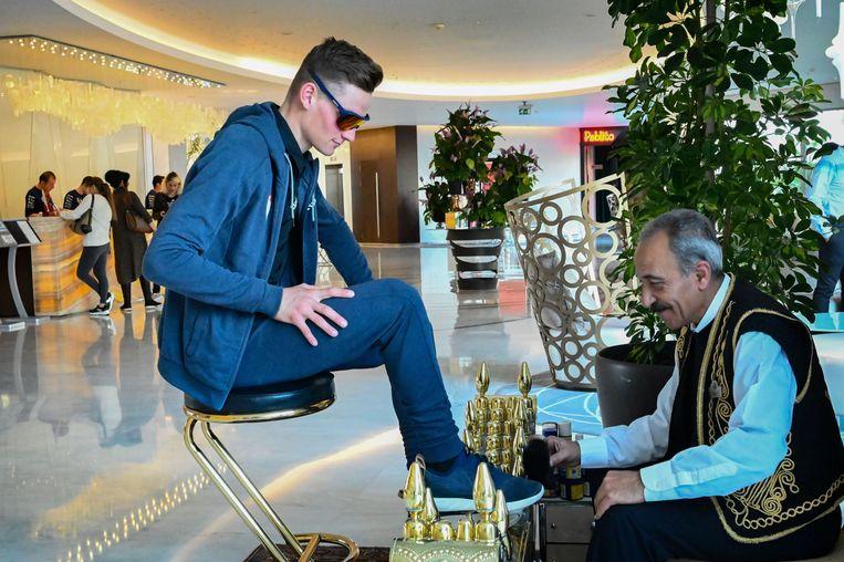 De schoenen laten poetsen, Van der Poel gaat graag op het aanbod in.