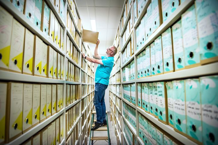 Mensen die hun diploma kwijt zijn, hopen dat de mol (archivaris Hilbrand) nog een keer op zoek gaat.