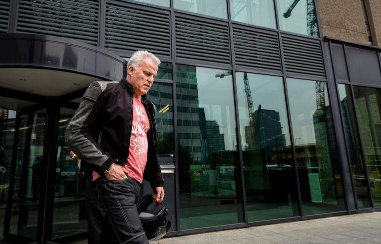 Misdaadverslaggever Peter R. de Vries verlaat de rechtbank van Amsterdam na afloop van een zitting in de zaak tegen Willem Holleeder in mei 2016. Beeld anp