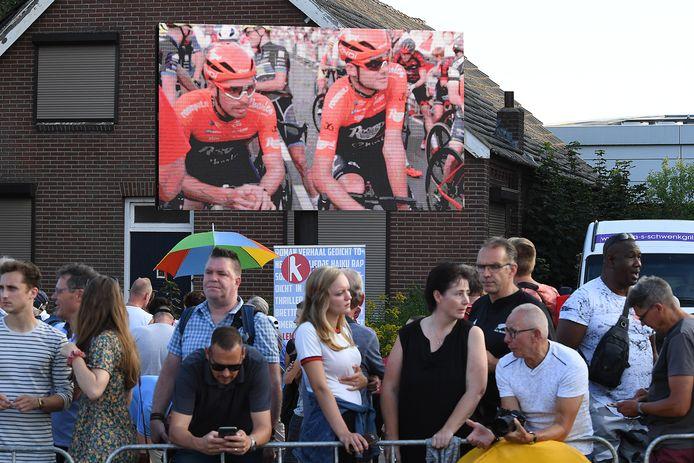 Het criterium werd voor het eerst uitgezonden op de schermen langs de route en in het centrum.