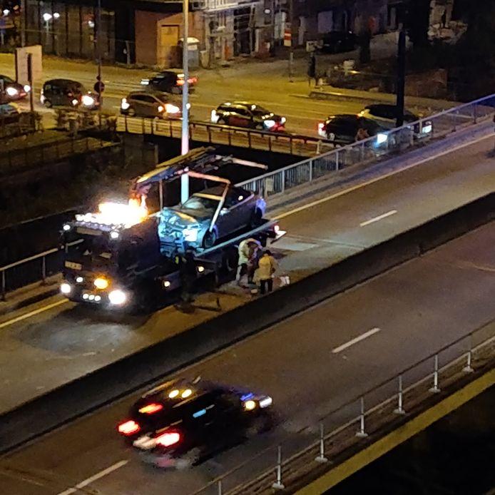 De wagens worden getakeld op het viaduct na de kettingbotsing.