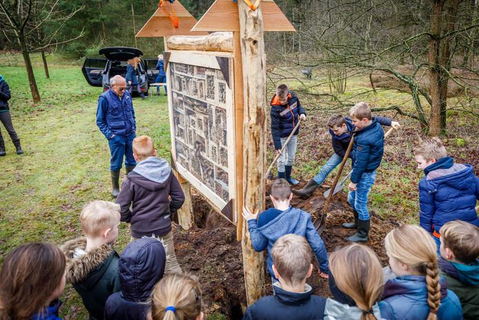 Kinderen plaatsten zaterdagmiddag het insectenhotel in het Zwarte Dennenbos