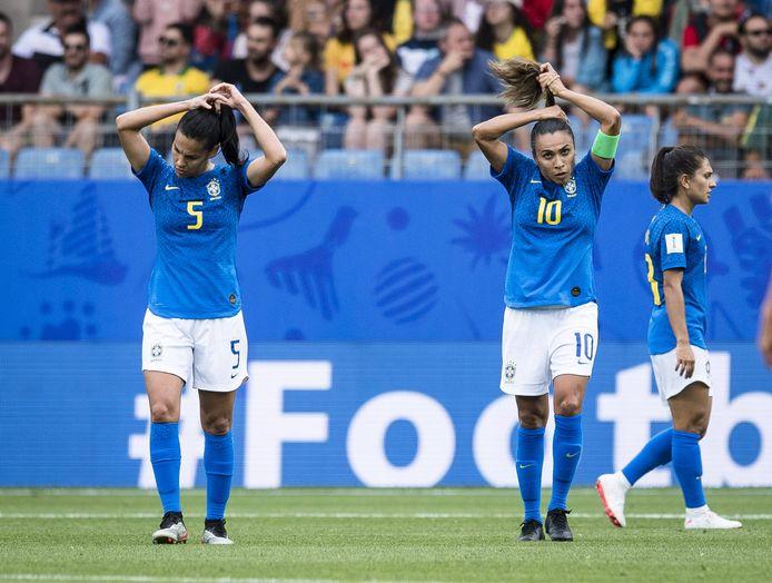 Thaisa (l) en Marta doen hun haar goed tijdens de wedstrijd tegen Australië.