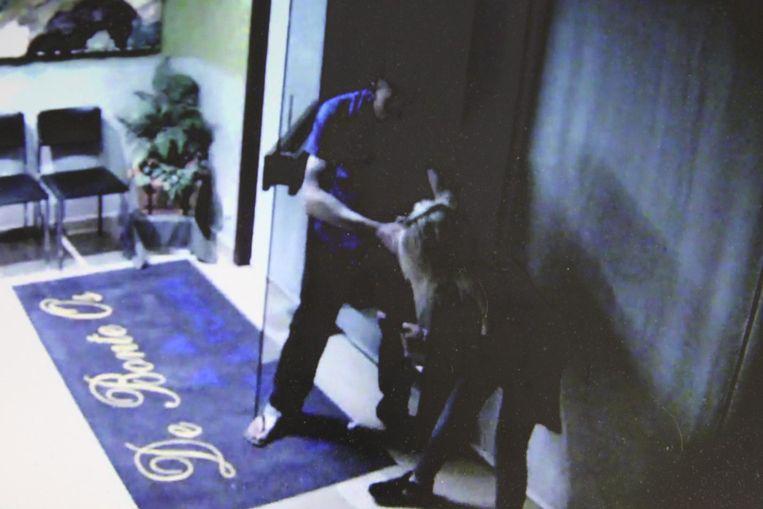 De camerabeelden die werden vrijgegeven om de dader op te sporen. Hier zie je hoe de 33-jarige Bulgaar het meisje vastgrijpt in de inkomhal van hotel De Bonte Os.