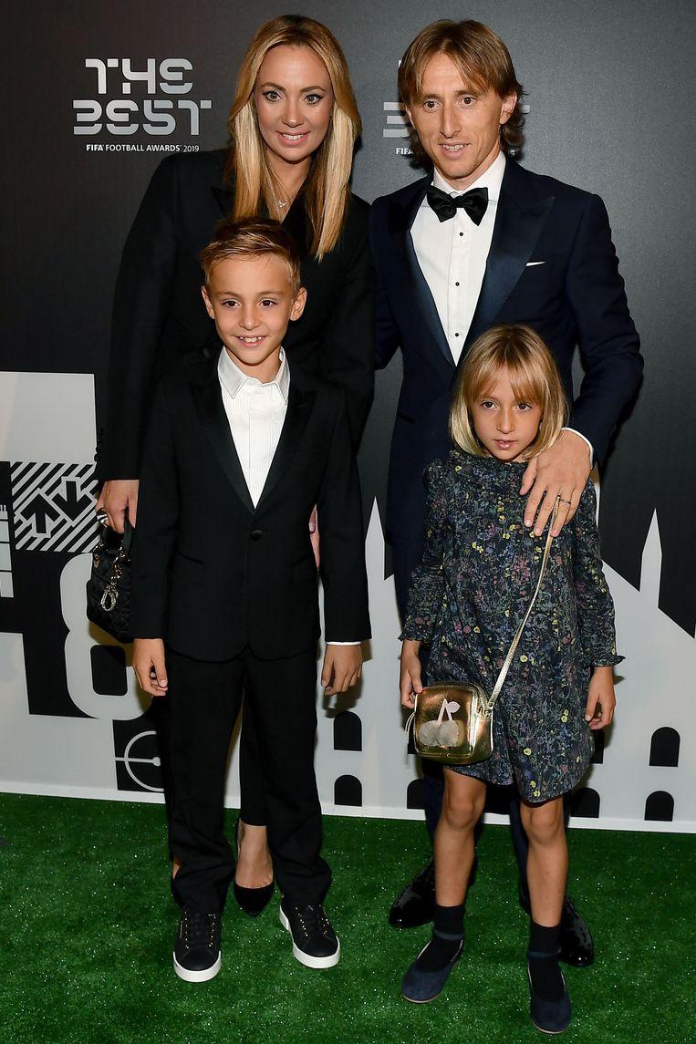 Luka Modric, middenvelder van Real Madrid en de winnaar van vorig jaar, en zijn gezin.