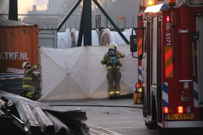 De brandweer plaatst schermen op het terrein van de Twentsche Kabelfabriek in Lochem.