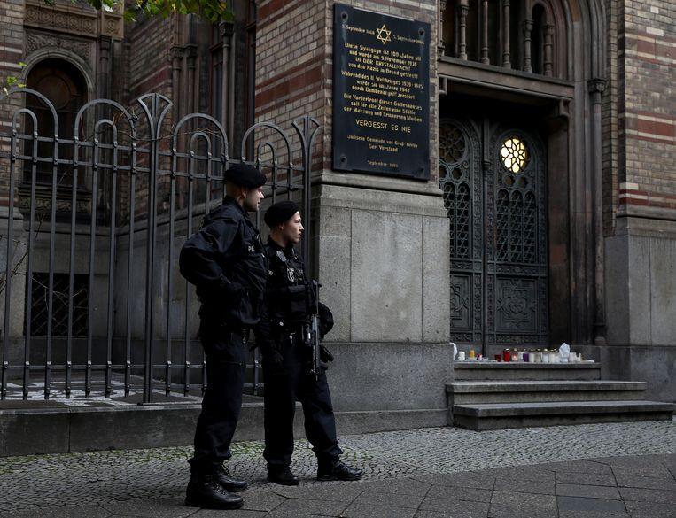 Politieagenten houden de wacht bij de Nieuwe Synagoge inBerlijn.  Beeld REUTERS