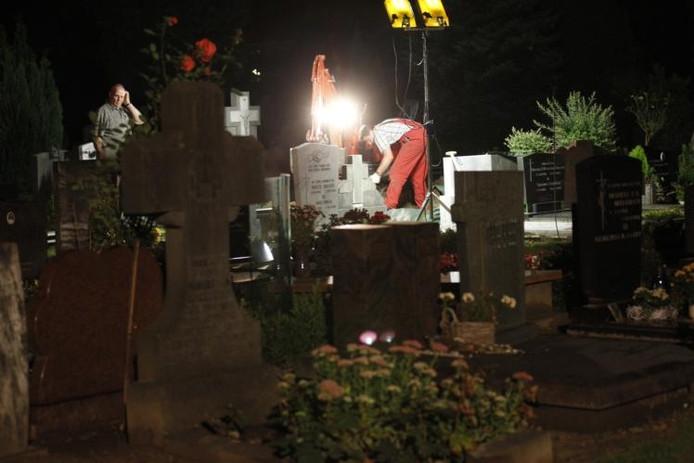 Medewerkers van het NFI op de begraafplaats aan de Boschdijk, vorige week tijdens de opgraving van het lichaam van Nicole van den Hurk. foto Bert Jansen