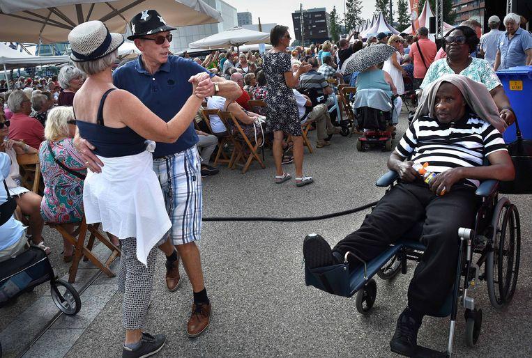 Senioren dansen op het Forever Young Festival, bedoeld voor 65-plussers. Beeld Marcel van den Bergh / de Volkskrant