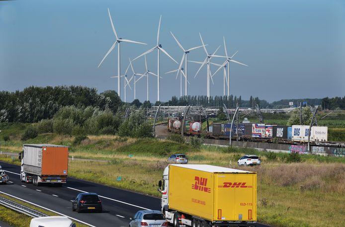 De windmolens langs de A15 nabij Geldermalsen
