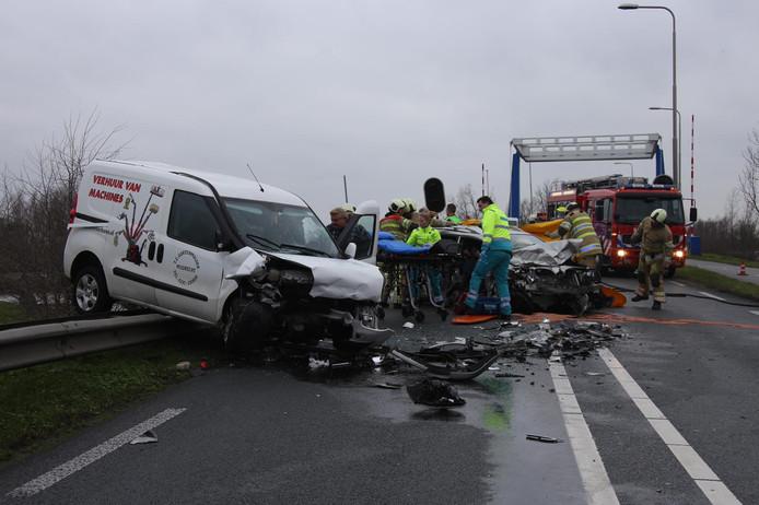 Op de N201 bij Vinkeveen zijn twee auto's frontaal op elkaar gebotst.