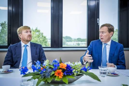 Koning Willem-Alexander samen met Bruno Bruins, minister voor Medische Zorg, tijdens een werkbezoek aan Blauwe Zorg.