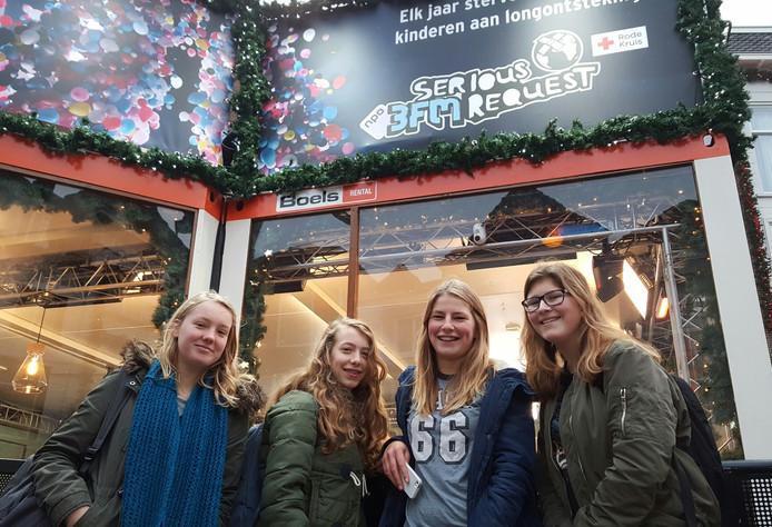 Isabel Heikens (14), Sofie de Vroed (14), Bloem Melis (15) en Ynske Mattijssen (14) uit Breda nemen een kijkje bij het Glazen Huis