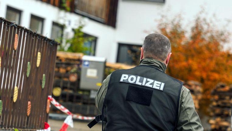 Een politieagent voor het huis in het Beierse Georgensgmünd waar een Reichsburger woensdag één agent doodschoot en drie agenten verwondde. Beeld afp