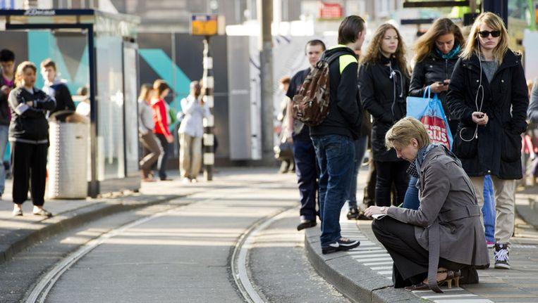 Reizigers wachten tijdens de vorige staking bij Amsterdam Centraal tevergeefs op de tram. Foto © ANP Beeld