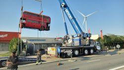 """Londense dubbeldekker van havensnackbar de lucht in voor uitzonderlijk transport: """"Bus verhuist mee naar onze nieuwbouw"""""""