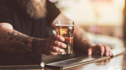 Neergestoken man gaat biertje bestellen in pub, terwijl mes nog steeds in zijn rug steekt