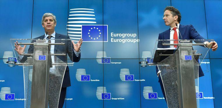 De oude Eurogroepvoorzitter presenteert de nieuwe. Links de Portugees Mario Centeno, rechts de vertrekkende Jeroen Dijsselbloem, Beeld AFP