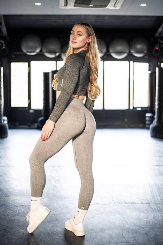 Guusje in de sportschool, dé plek waar ze fitnessfoto's en video's voor haar volgers maakt.