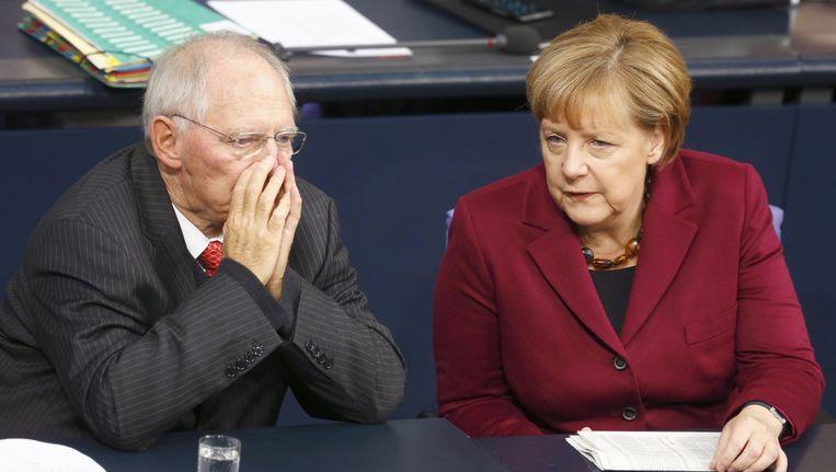 Minister Schäuble praat met bondskanselier Merkel. Beeld reuters