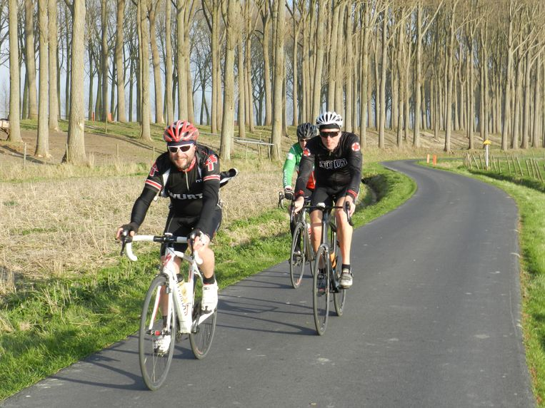 De tocht brengt sportievelingen door Damme.